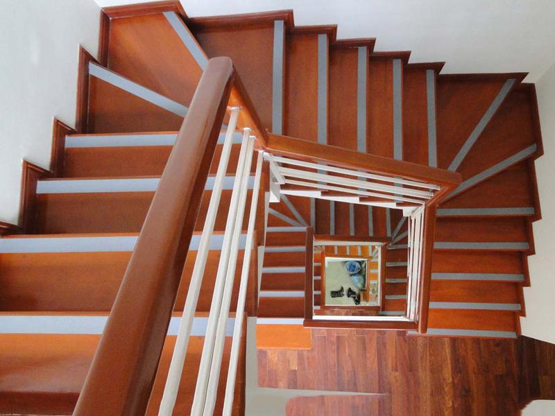 Cầu thang gỗ uốn khúc