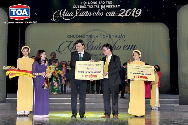 """REPRESENTATIVES OF TOA PAINT VIETNAM CO.LTD JOINED THE 12TH """"SPRING FOR CHILDREN"""" EVENT"""